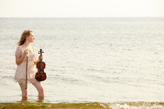 Белокурая девушка с скрипкой внешней Стоковая Фотография