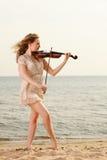 Белокурая девушка с скрипкой напольной Стоковые Изображения RF