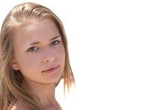 белокурая девушка outdoors довольно стоковые фотографии rf