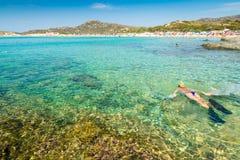 Белокурая девушка snorkelling в кристаллическом море Сардинии Стоковое Изображение RF