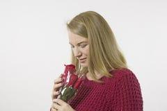 Белокурая женская держа красная роза Стоковое Изображение RF