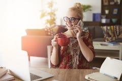 Белокурая женщина в домашнем офисе Стоковые Фото