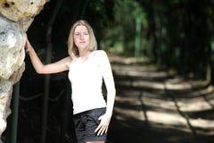 Белокурая женщина в парке Стоковое Изображение RF