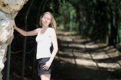 Белокурая женщина в парке Стоковая Фотография RF