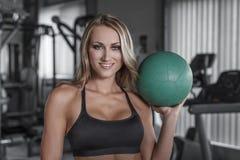 Белокурая женщина держа шарик медицины стоковые фото