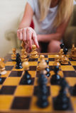 Белокурая женщина играя поднимающее вверх шахмат близкое Стоковое Изображение RF
