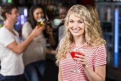Белокурая женщина имея коктеиль с ее друзьями Стоковое Изображение RF
