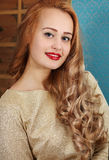 белокурая женщина курчавых волос стоковая фотография rf