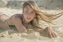 Белокурая женщина на пляже стоковое фото rf