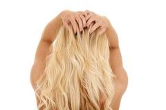 Белокурая женщина от задних волос рук стоковое изображение rf