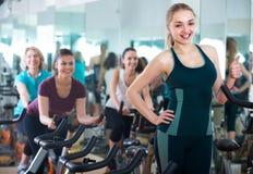Белокурая женщина представляя в современном спортзале Стоковое Фото