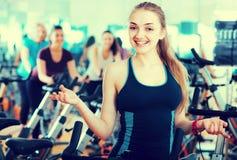 Белокурая женщина представляя в современном спортзале Стоковая Фотография RF