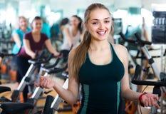 Белокурая женщина представляя в современном спортзале Стоковые Фото