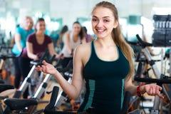 Белокурая женщина представляя в современном спортзале Стоковые Изображения
