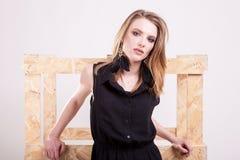 Белокурая женщина представляя моду в фото студии стоковая фотография rf