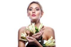 Белокурая женщина при свежий чистый изолированный цветок кожи и белых лилии Стоковые Фото