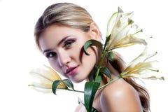 Белокурая женщина при свежий чистый изолированный цветок кожи и белых лилии Стоковое фото RF