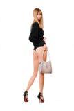 Белокурая женщина с белым портмонем стоковые изображения rf