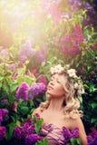 Белокурая женщина с вьющиеся волосы и венком цветков в Sunli Стоковое фото RF