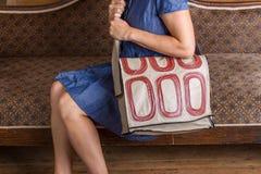 Белокурая женщина с зеленой кожаной сумкой курьера Стоковая Фотография RF