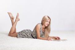 Белокурая женщина с календарем Стоковая Фотография RF