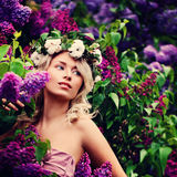 Белокурая женщина с садом цветков весной Стоковое Изображение RF