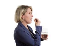 Белокурая женщина с таблеткой и вассергласом Стоковое Изображение RF