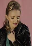 Белокурая женщина с черной кожаной курткой Стоковая Фотография