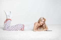 Белокурая женщина с eBook Стоковая Фотография RF