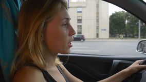 Белокурая женщина управляет автомобилем видеоматериал