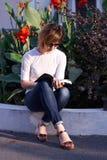 Белокурая женщина читая книгу снаружи стоковая фотография rf