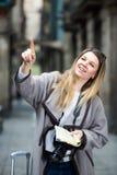 Белокурая жизнерадостная девушка держа брошюру в руках стоковые изображения rf