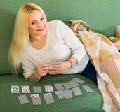Белокурая играя игра карточек Стоковое Фото