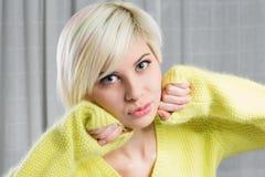 Белокурая и красивая модель женщины Стоковые Изображения