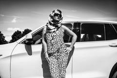 Белокурая коммерсантка около автомобиля в городе стоковая фотография rf