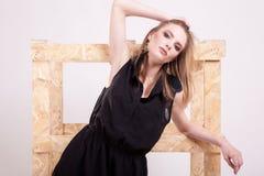 Белокурая модельная представляя мода в фото студии стоковые изображения