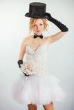 Белокурая невеста в tophat с вуалью и длинными черными перчатками стоковое изображение rf
