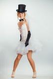 Белокурая невеста в tophat с вуалью и длинными черными перчатками стоковые изображения rf