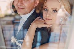 Белокурая невеста с ее groom Стоковое фото RF