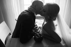 Белокурая невеста с ее groom Стоковая Фотография RF