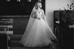 Белокурая невеста с ее groom Стоковые Изображения