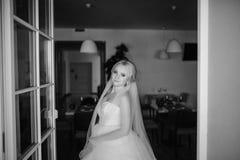 Белокурая невеста с ее groom Стоковые Изображения RF