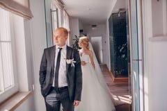 Белокурая невеста с ее groom Стоковая Фотография