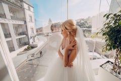 Белокурая невеста с ее groom Стоковое Изображение