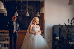 Белокурая невеста с ее groom Стоковое Фото