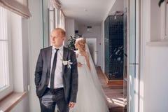 Белокурая невеста с ее groom Стоковые Фотографии RF