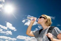 Белокурая питьевая вода женщины Стоковые Изображения RF