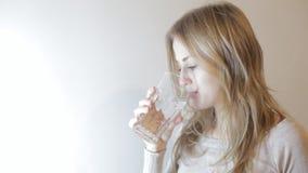 Белокурая питьевая вода женщины видеоматериал