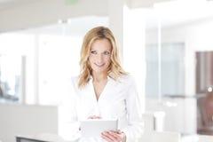 Белокурая профессиональная женщина с цифровой таблеткой Стоковое фото RF