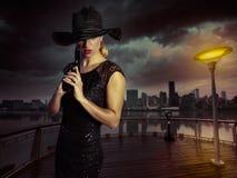 Белокурая сексуальная девушка с стилем гангстера пистолета личного огнестрельного оружия Стоковые Изображения